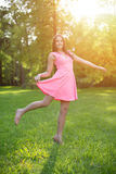 Fille occasionnelle de jeune de hippie femme de modèle dans le domaine dans le coucher du soleil dans le spri Photographie stock libre de droits