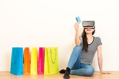 Fille occasionnelle employant le commerce électronique personnel de carte de crédit Images stock