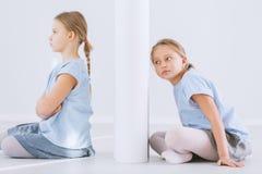 Fille offensée et soeur jumelle Photo stock