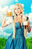 Fille oktoberfest sexy tenant deux tasses de bière Photo stock