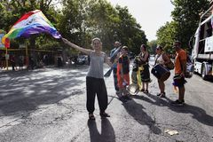 Fille ondulant le drapeau pendant le jour de fierté du Latium à Rome Photo stock