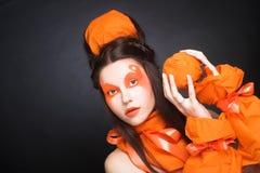 Fille orange. Image libre de droits