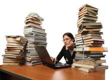 Fille, ordinateur, et beaucoup de livres Image stock
