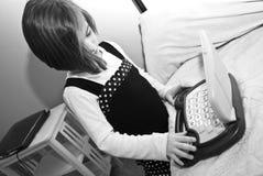 Fille/ordinateur/noir et blanc Photographie stock libre de droits