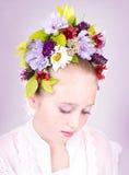 Fille ou de l'adolescence avec des fleurs dans le cheveu Photos libres de droits