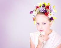 Fille ou de l'adolescence avec des fleurs dans le cheveu Image stock
