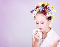 Fille ou de l'adolescence avec des fleurs dans le cheveu Photos stock
