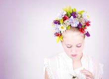 Fille ou de l'adolescence avec des fleurs dans le cheveu Photo stock