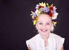 Fille ou de l'adolescence avec des fleurs dans le cheveu Image libre de droits