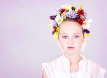 Fille ou de l'adolescence avec des fleurs dans le cheveu Images libres de droits