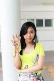Fille ou femme asiatique posant avec la peinture fraîche de henné de Mehndi sur h image libre de droits
