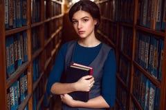 Fille ou femme d'étudiant avec des livres dans la bibliothèque photos libres de droits