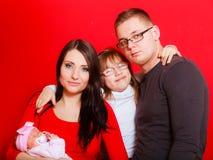 Fille, père et mère d'enfant en bas âge tenant le bébé nouveau-né Photographie stock