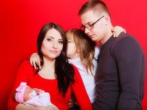 Fille, père et mère d'enfant en bas âge tenant le bébé nouveau-né Images libres de droits