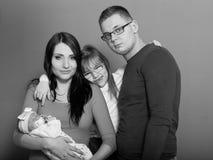 Fille, père et mère d'enfant en bas âge tenant le bébé nouveau-né Image libre de droits