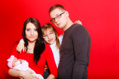 Fille, père et mère d'enfant en bas âge tenant le bébé nouveau-né Photographie stock libre de droits
