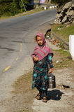 Fille pakistanaise avec le transporteur de nourriture au temps de déjeuner, Pakistan Image libre de droits