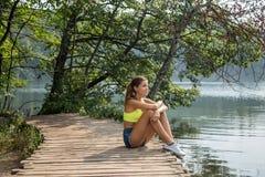fille par le lac Images libres de droits