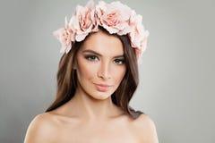 Fille parfaite avec les fleurs roses et le maquillage frais de ressort photographie stock