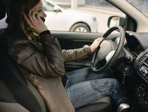 Fille parlant au téléphone dans la voiture Photo libre de droits