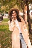 Fille parlant au téléphone en parc d'automne Photos stock