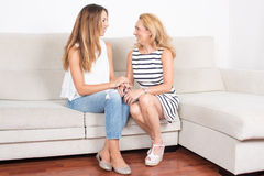 Fille parlant avec sa mère Image stock