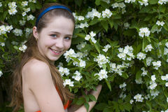 Fille parmi des fleurs Image stock