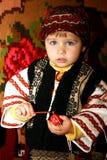 Fille peignant un oeuf à un événement annuel roumain Photos stock