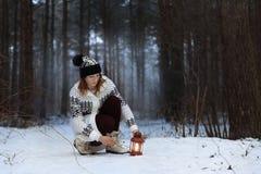 Fille pendant la nuit, forêt d'hiver photographie stock libre de droits