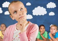 Fille pensant devant les amis et le mur bleu avec des nuages Image libre de droits
