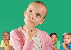 Fille pensant devant les amis et le mur vert Photographie stock