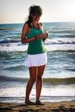 Fille pensivement Paix en mer Jeune femme dans l'amour Images libres de droits