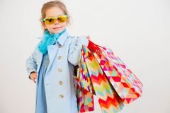 fille peu d'achats Images stock