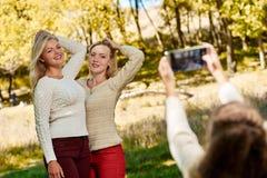 Fille photographiant ses soeurs Photographie stock