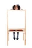 Fille piaulant par derrière le conseil vide blanc Images stock