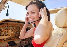 Fille pilote dans la carlingue de peu d'avion Image stock