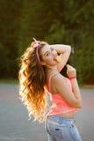 Fille Pin- avec une lucette et de longs cheveux Photographie stock