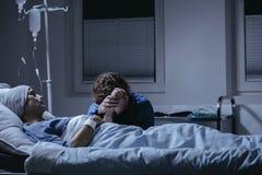 Fille pleurant à son lit de mort du ` s de mère dans l'hôpital Breas photos stock