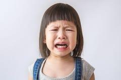 Fille pleurante asiatique avec peu de larmes de roulement photos libres de droits