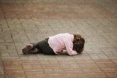 Fille pleurante se trouvant sur l'asphalte images libres de droits