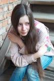 Fille pleurante sur des escaliers Photos stock