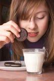 Fille plongeant des biscuits Photos libres de droits