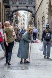 Fille pluse âgé de mendiant dans les rues de la ville photo libre de droits