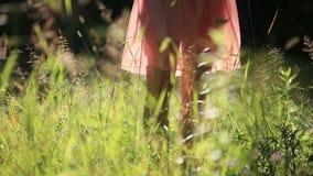Fille portant la robe légère d'été marchant dans banque de vidéos