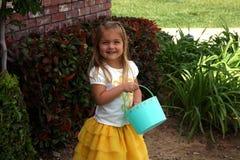 Fille portant le panier de Pâques Image libre de droits