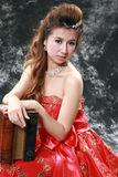 Fille portant une robe rouge Image stock