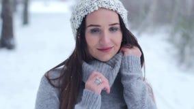 Fille posant dans la neige de forêt banque de vidéos