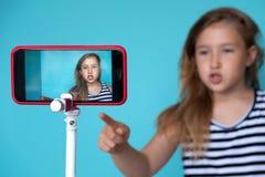 Fille posant devant la caméra de téléphone pour le selfie images libres de droits