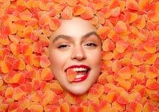 Fille posant en gelée de fruit photos libres de droits