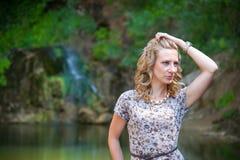 Fille posant près du petit lac Image libre de droits